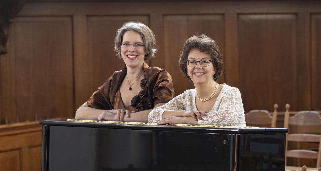 Gelske en Yolande bij de piano