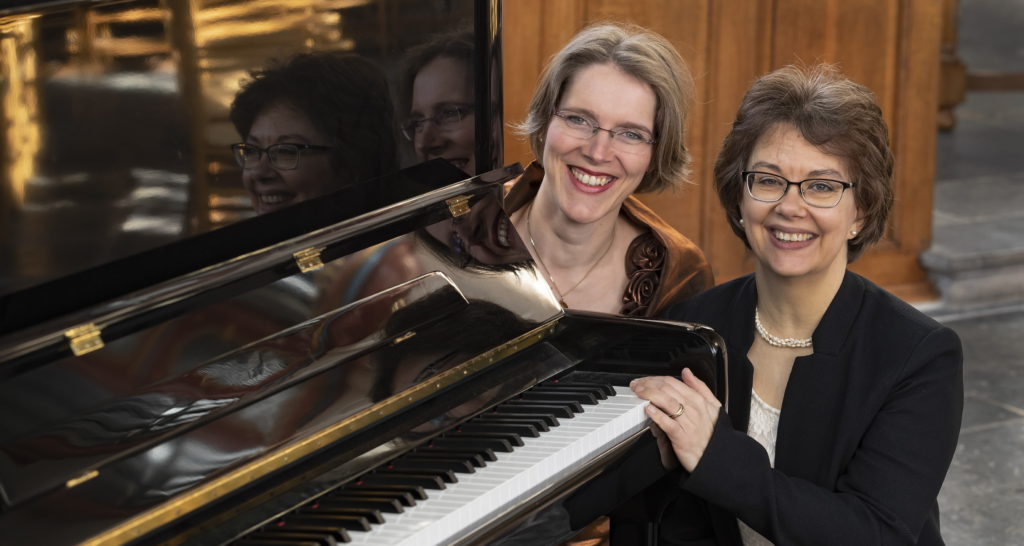 Gelske en Yolande met weerspeigeling in de piano
